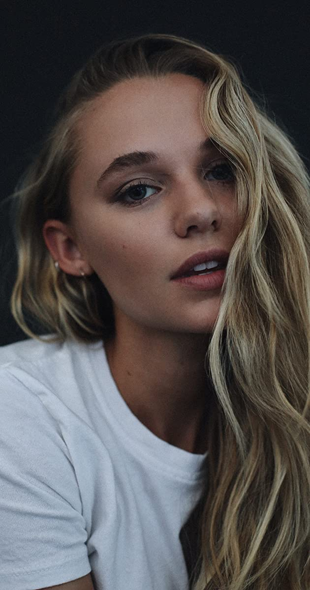 Madison Iseman Nude Photos 22