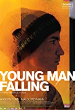 Ung mand falder