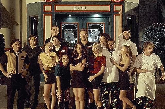 Ryan Reynolds, Alanna Ubach, Rob Benedict, Dane Cook, John Francis Daley, Anna Faris, Luis Guzmán, Justin Long, Max Kasch, Kaitlin Doubleday, and Andy Milonakis in Waiting... (2005)