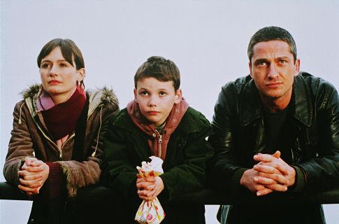 Gerard Butler, Emily Mortimer, and Jack McElhone in Dear Frankie (2004)