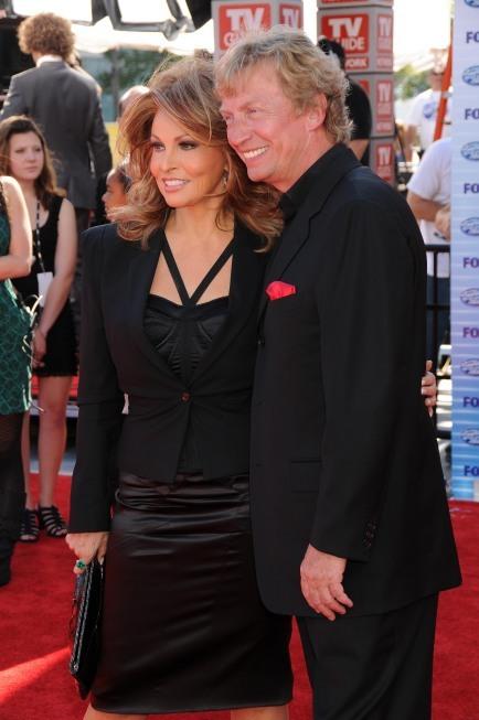 Raquel Welch and Nigel Lythgoe in American Idol (2002)