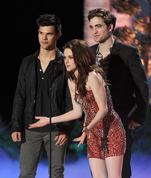 Taylor Lautner and Robert Pattinson at event of 2011 MTV Movie Awards
