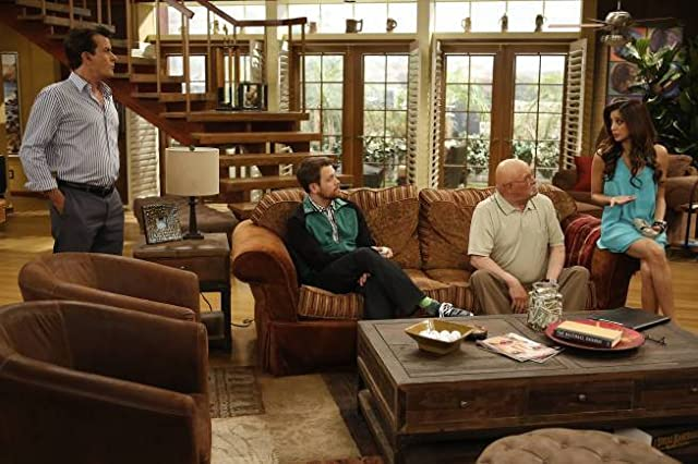 Charlie Sheen, Barry Corbin, Noureen DeWulf, and Michael Arden in Anger Management (2012)