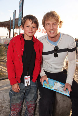 Owen Wilson and Finley Jacobsen at Marmaduke (2010)