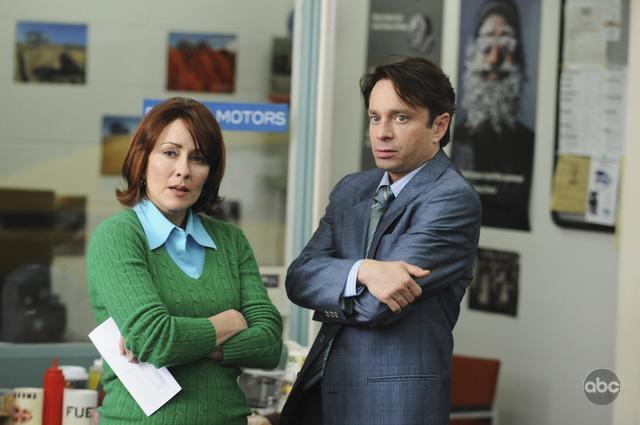 Patricia Heaton and Chris Kattan in The Middle (2009)
