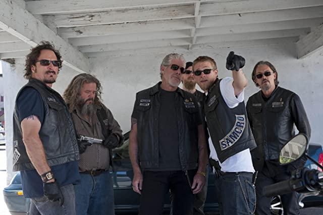 Ron Perlman, Mark Boone Junior, Kim Coates, Tommy Flanagan, Charlie Hunnam, and Ryan Hurst in Sons of Anarchy (2008)