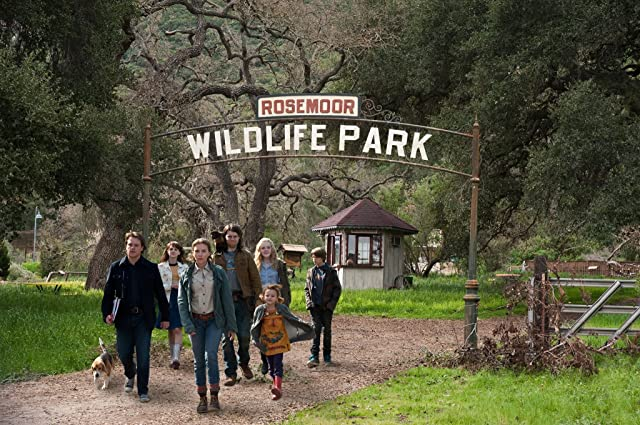 Matt Damon, Patrick Fugit, Scarlett Johansson, Elle Fanning, Colin Ford, and Maggie Elizabeth Jones in We Bought a Zoo (2011)