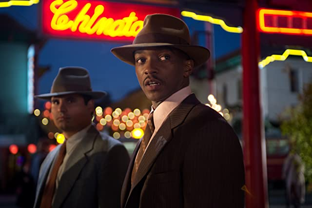 Michael Peña and Anthony Mackie in Gangster Squad (2013)