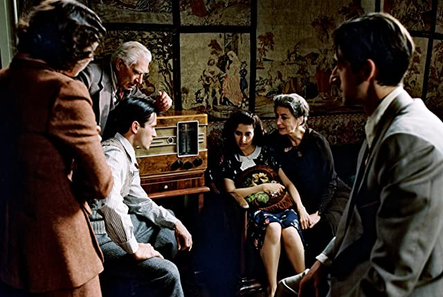 Adrien Brody, Frank Finlay, Maureen Lipman, Julia Rayner, Ed Stoppard, and Jessica Kate Meyer in The Pianist (2002)