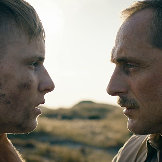 Roland Møller and Louis Hofmann in Under sandet (2015)