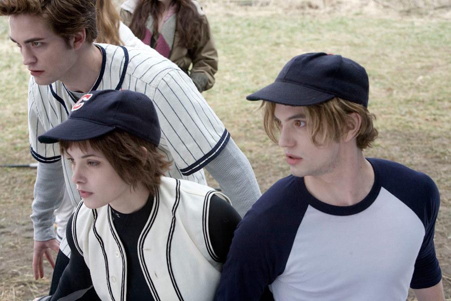 Edward e vampiros em crepúsculo usando camiseta de baseball