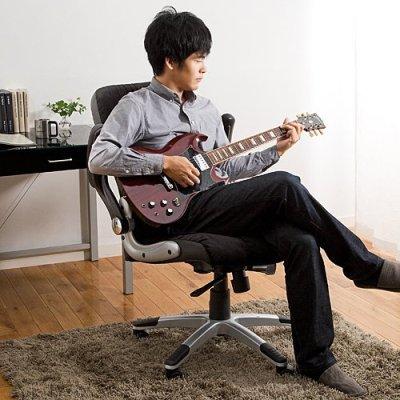 肘を上に上げてギターの練習