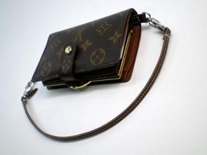 692984ac87e0 フック穴がついていない財布にもウォレットカードを使えば財布に穴をあけることなくウォレットチェーンがつけられるようにしました。