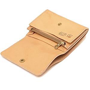 081d27fcaa02 IL BISONTE(イルビゾンテ)の2つ折り財布が登場しました。型押しブランドロゴがワンポイントとなったシンプルなデザイン。コンパクトながら豊富なポケット付きで、  ...