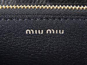 93ef7a649ec5 miu miu(ミュウミュウ)は1993年にプラダの姉妹ブランドとしてデビューしました。ブランド名の「ミュウミュウ」は、プラダの3代目デザイナーのミウッチャ・プラダの  ...