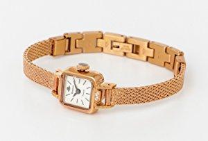 """268ff84971 当時のRosemontはローズウッドを使用したクロックを製造しており、""""Rosemont""""の名前はROSE MONTRE (薔薇の時計)に由来。"""